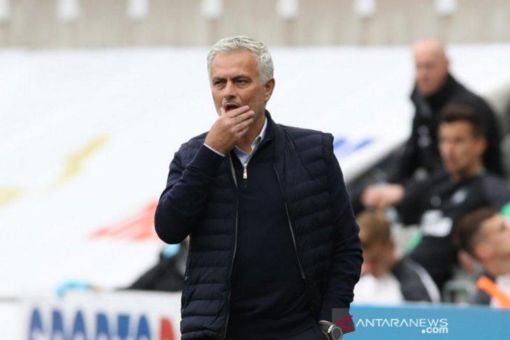 Mourinho prioritaskan beli striker pendamping Harry Kane