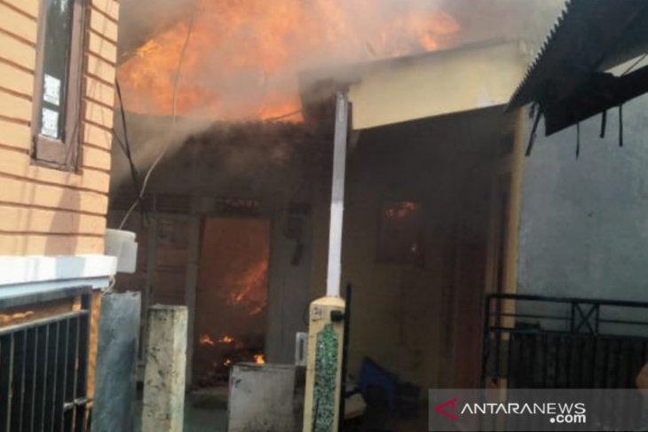 Akibat korsleting listrik, enam kontrakan dan dua rumah terbakar di Pulo Gebang