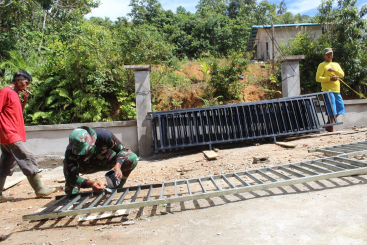 Besi pagar Gereja Pante Kosta mulai di pasang anggota TMMD