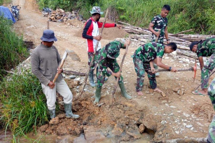 Danramil Sanggau Ledo pimpin pembongkaran jembatan