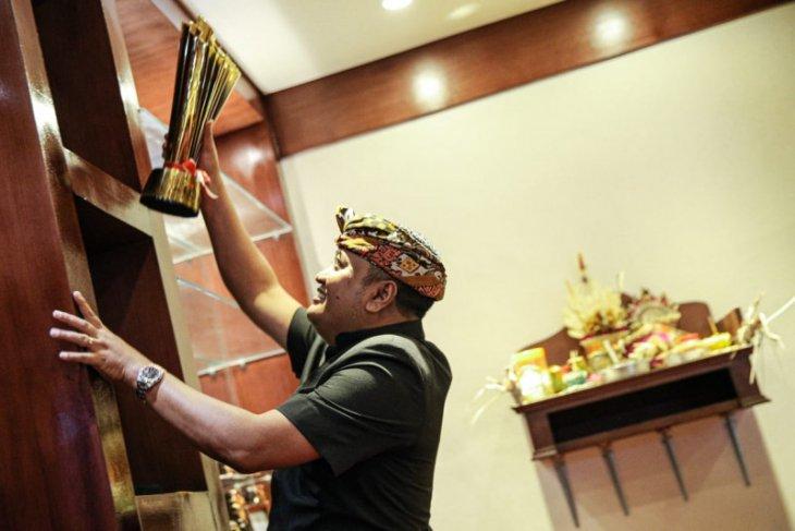 Bali United serahkan replika piala Liga 1 ke Bupati Gianyar