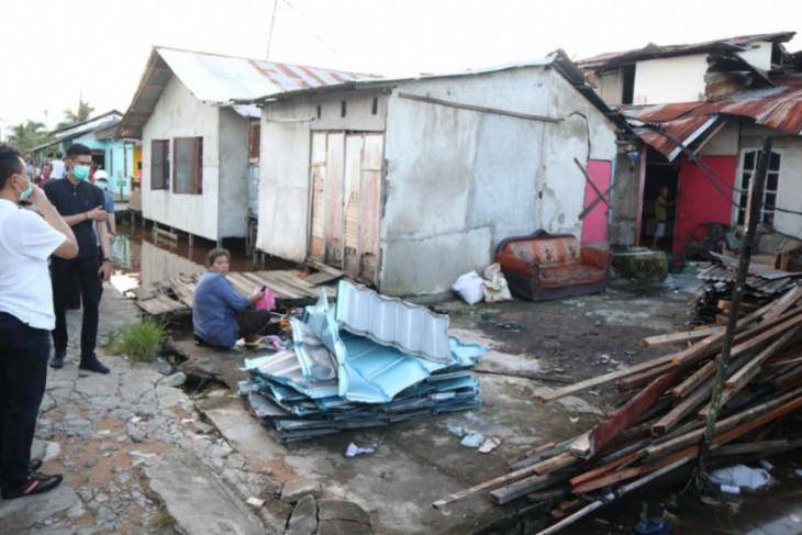 Sekitar 300 rumah rusak akibat terjangan puting beliung di Kota Pontianak