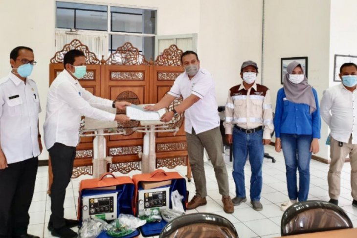 Tanah Bumbu Hospital receives two ventilators from Adaro Group