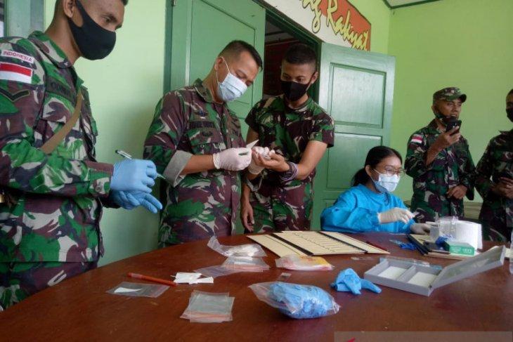 Personel Satgas Yonif 713/ST jalani pemeriksaan darah