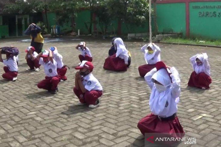 PMI Kota Sukabumi gelar simulasi penanggulangan gempa dan PHBS untuk pelajar SD