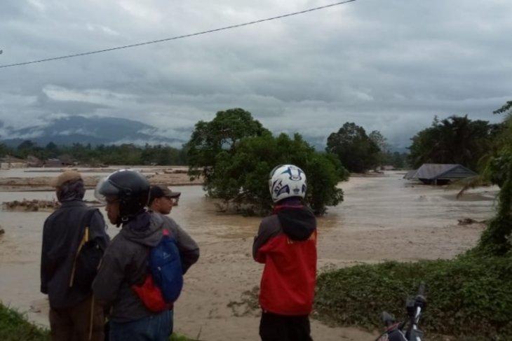 Sembilan orang hanyut terseret arus sungai saat banjir bandang