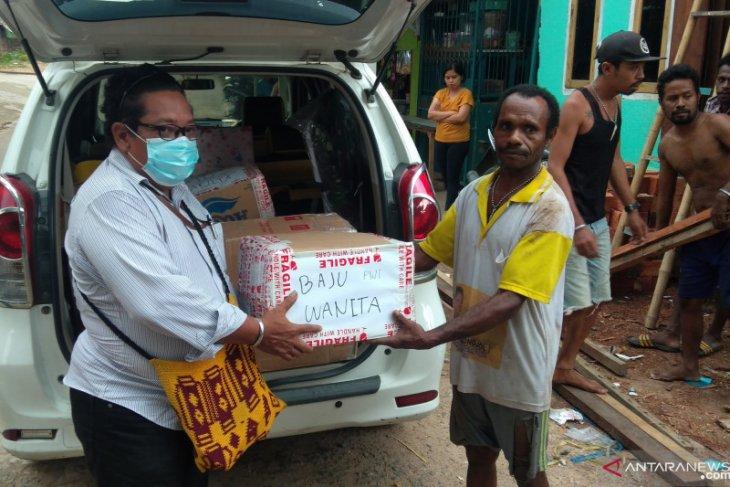 PWI Sorong Raya bantu masyarakat Inawatan korban banjir di Kelurahan Remu Kota Sorong