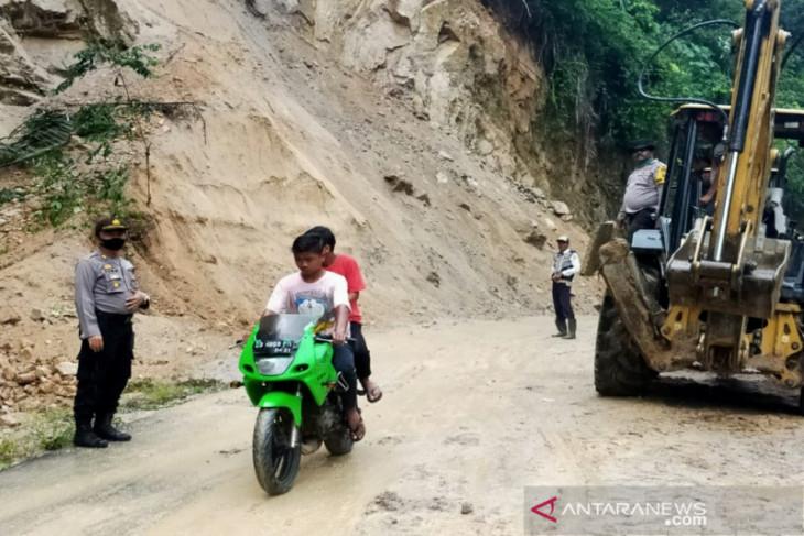 Sempat lumpuh delapan jam karena longsor,  jalan ke Panyabungan Timur kembali bisa dilalui