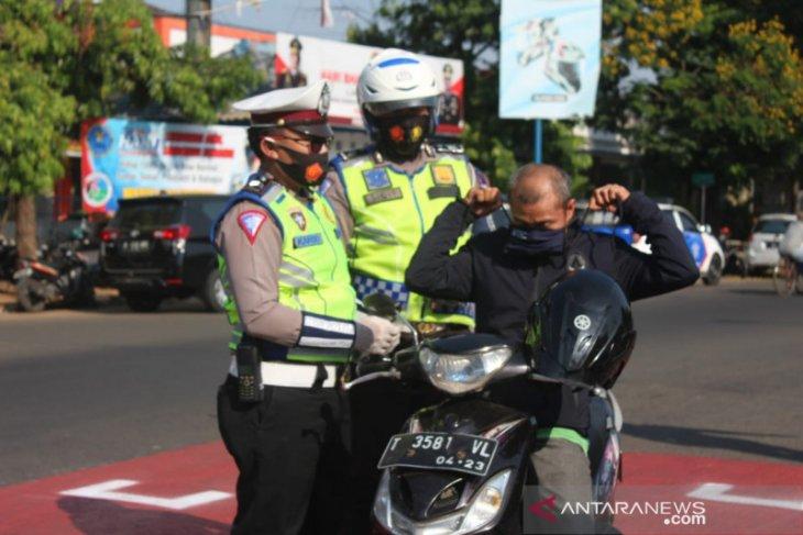 Operasi Patuh Lodaya Polres Subang diwarnai aksi bagi-bagi masker kepada pengendara