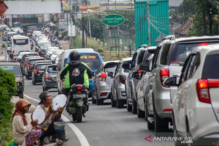 Polres Cianjur berlakukan sistem satu arah akibat volume kendaraan arah Bogor meningkat