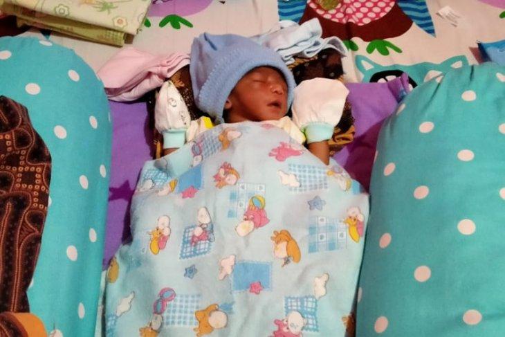 Bayi lelaki dalam kardus ditemukan warga