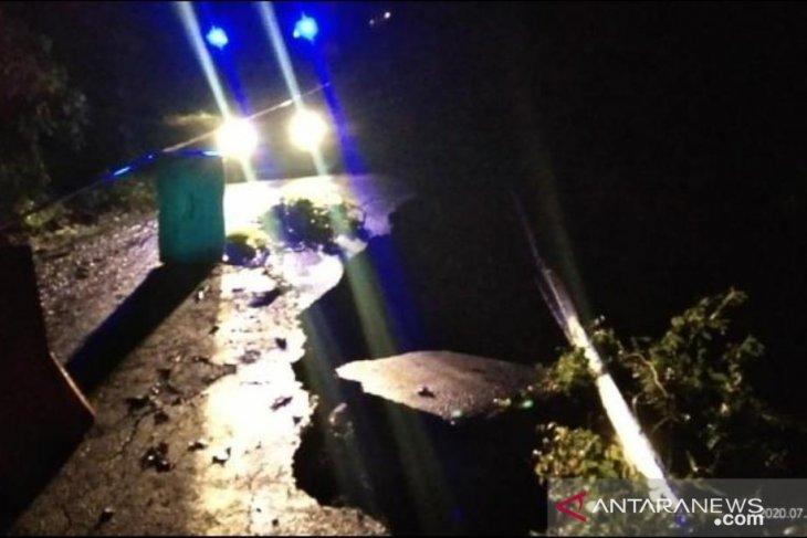 Jalur Kelok 44 Agam tutup akibat amblas di Kelok 10