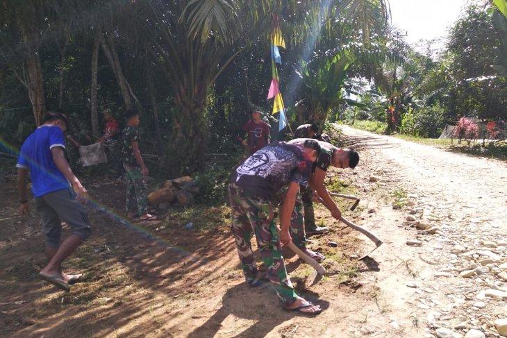 Anggota TMMD Kodim 1202/ Skw bersihkan pekarangan rumah orang tua angkat