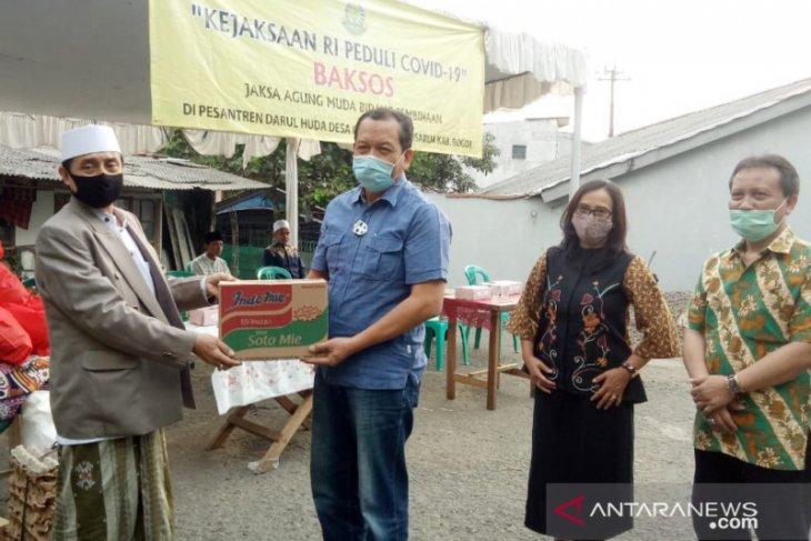 Kejaksaan Agung bagikan 1.200 paket sembako untuk warga Puncak Bogor