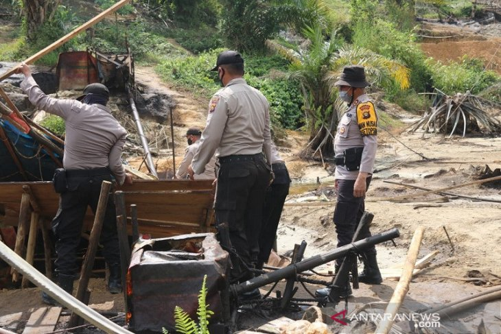 Tim gabungan Polri-TNI sumpal 230 sumur minyak ilegal di Batanghari, enam orang dimintai keterangan