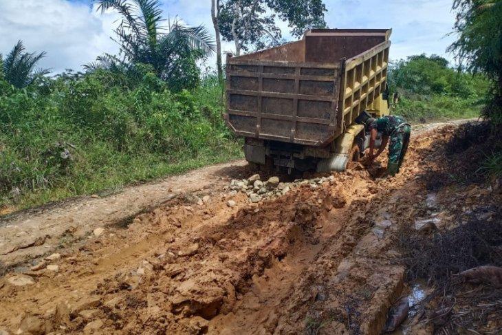 Satgas TMMD 108 terus kerahkan Dump Truck kerjakan penimbunan jalan