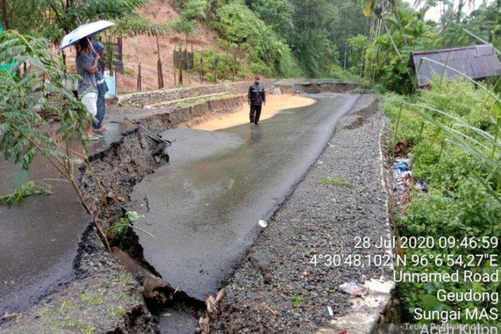 Hujan sebabkan badan jalan di Sungai Mas Aceh Barat amblas 30 meter