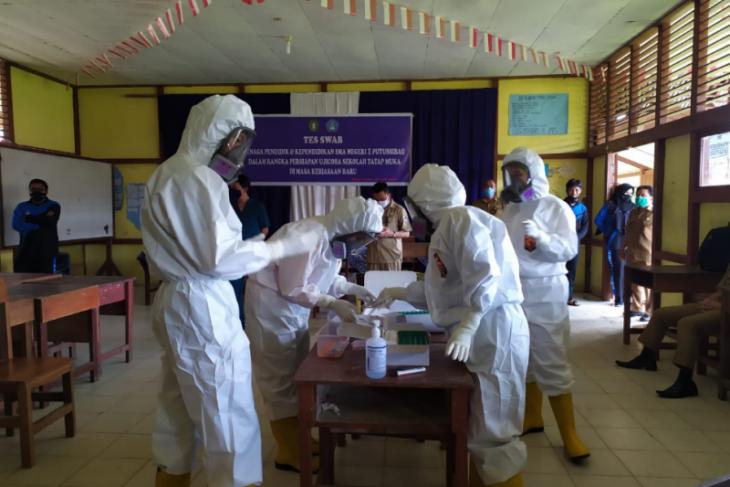 Guru dan komite sekolah di Putussibau uji usap persiapan pembelajaran tatap muka