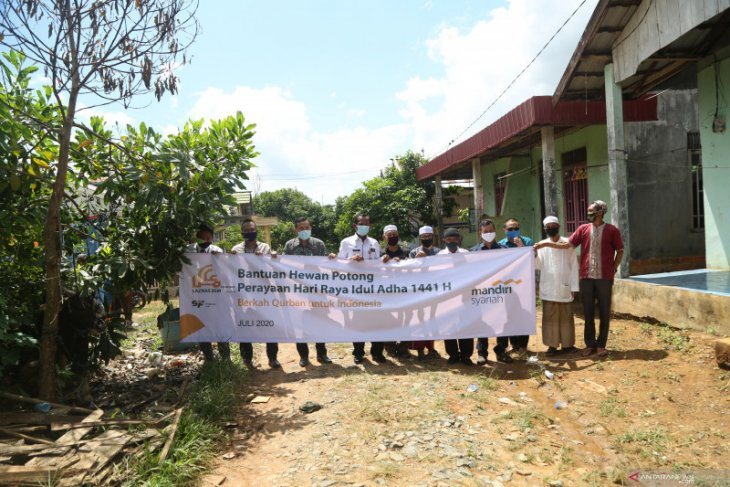 Bank Mandiri Syariah bantu sapi qurban untuk warga Pintu Air