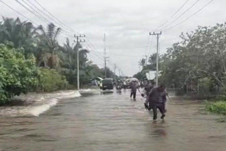 Banjir genangi badan jalan nasional Calang-Meulabo, begini ketingian airnya