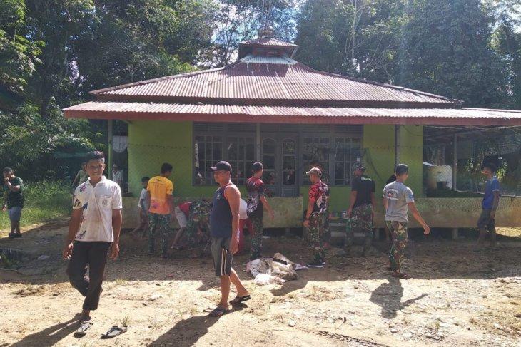 Satgas TMMD 108 Kodim 1202/Skw bantu bersihkan Masjid Nurul Ikhsan