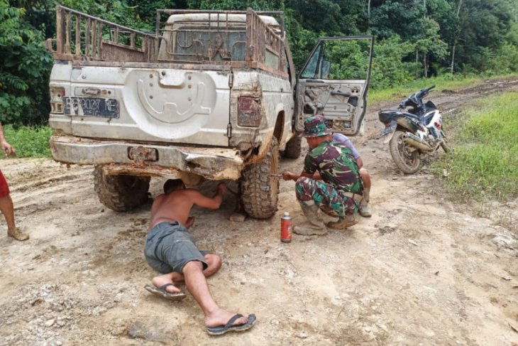 Kepedulian anggota Satgas TMMD 108 bantu perbaiki mobil warga