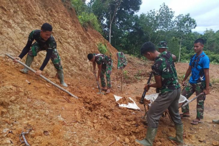 Anggota TMMD 108 Kodim 1202/Skw timbun tanah di Pos Babinsa