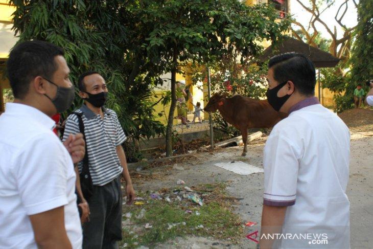 Ibnus Sina sumbang hewan qurban untuk warga