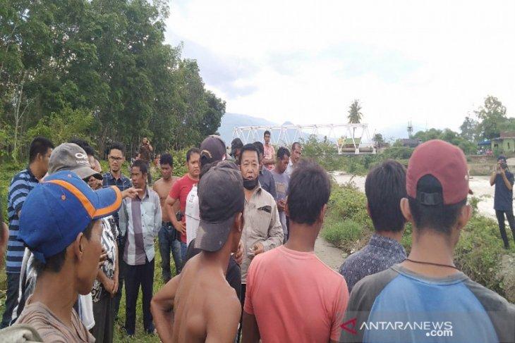 Bupati Madina tinjau perbaikan saluran air Pidoli Dolok