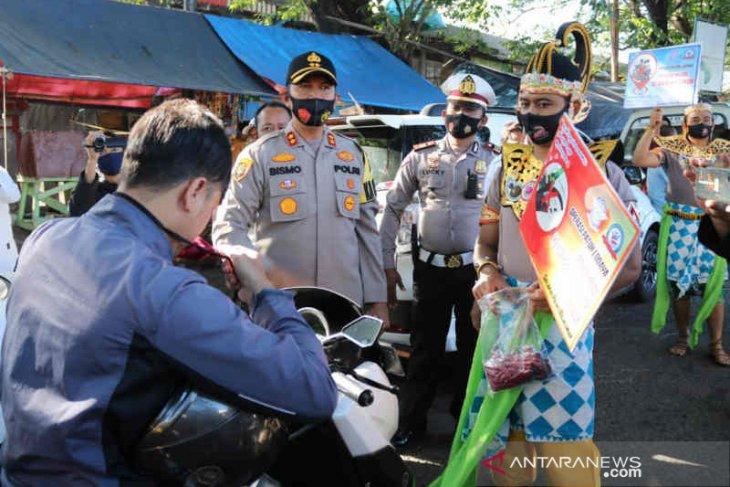 Pelihara kearifan lokal, polisi Majalengka gunakan kostum tokoh wayang bagikan masker