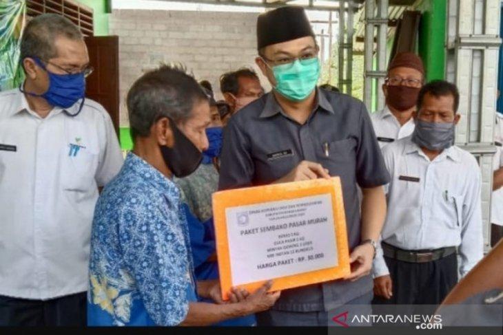 Pemkab Bangka Barat salurkan 300 paket bantuan melalui pasar murah di Tempilang