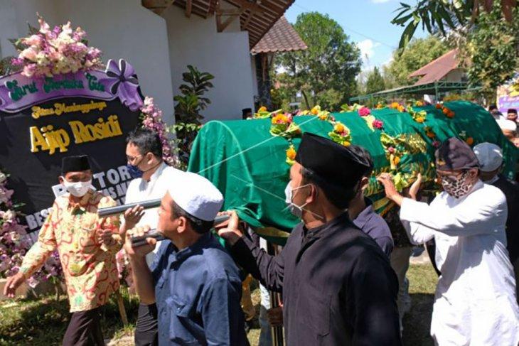 Pemakaman budayawan Ajip Rosidi