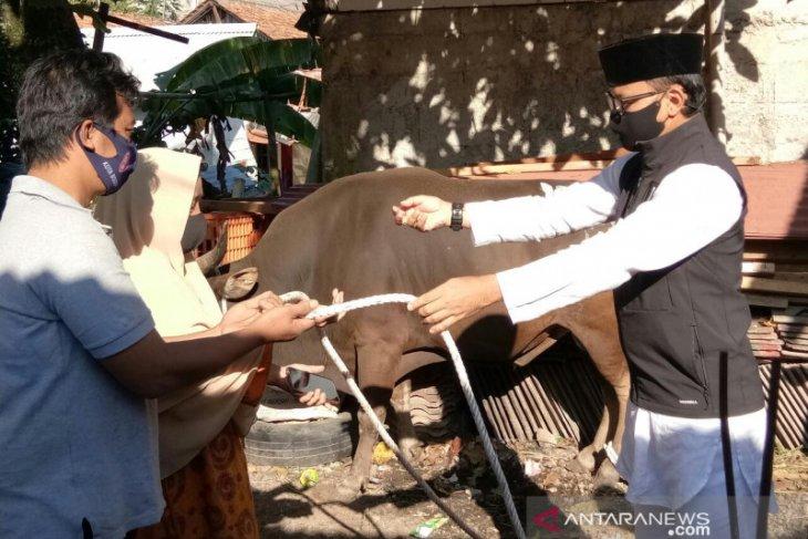 Wali Kota Bogor menyerahkan hewan kurban ke Kampung Cikeas