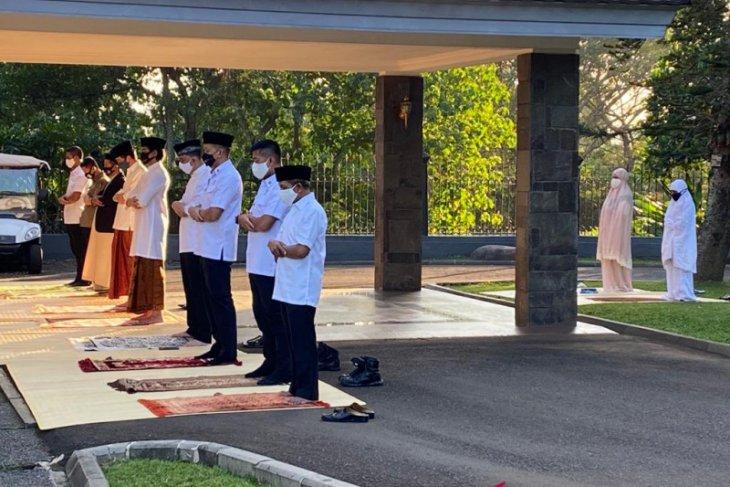 Presiden Jokowi tunaikan Shalat Idul Adha di halaman Wisma Bayurini