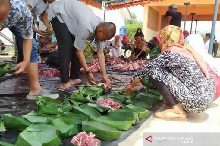 Dedi Mulyadi ajak warga gunakan daun untuk bungkus daging kurban