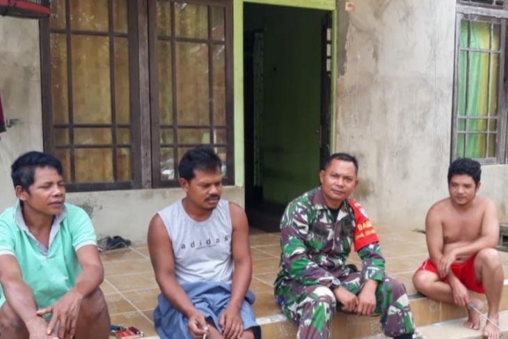 Anggota Kodim 1203/Ktp lanjutkan keakraban bersama warga Beringin Rayo