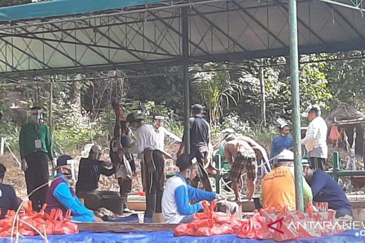 Pemotongan hewan kurban di Masjid Agung Sungailiat taati protokol sehat