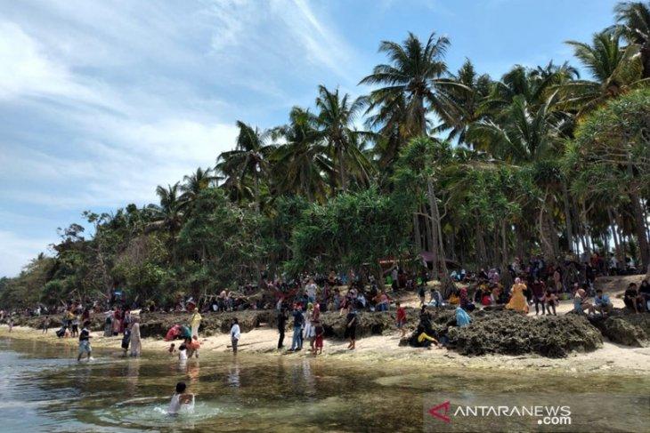 Pantai Cukoh Kaur dipadati pengunjung