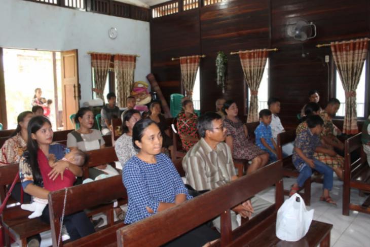 Jemaat Kristiani nikmati beribadah di Gereja Santo Yohanes