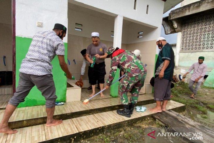 Kapolda Maluku pimpin kerja bakti di masjid Jami desa Liang
