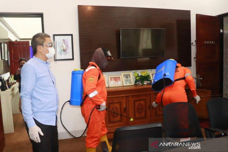 Perkantoran Pemkot Banjarbaru disemprot disinfektan
