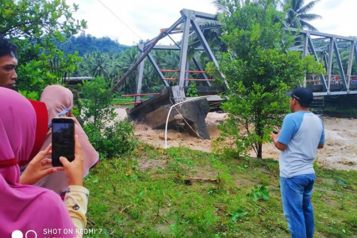 One dead, three sub-districts marooned as floods inundate N Sulawesi