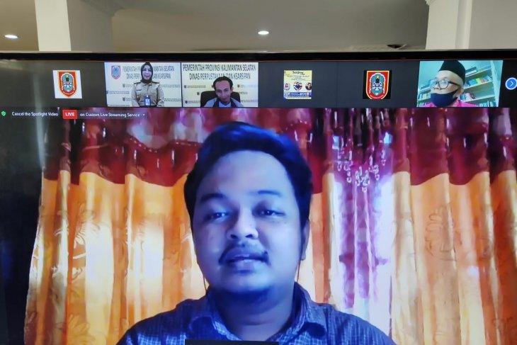Faisal Oddang berbagi tips menulis di webinar Dispersip Kalsel