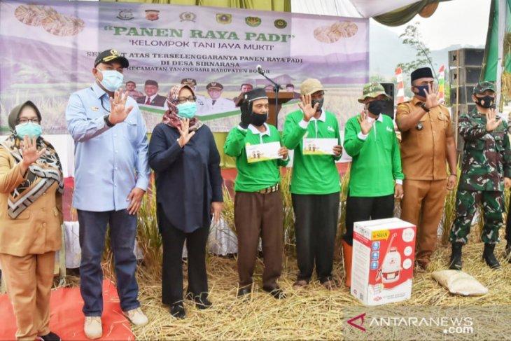 Bupati Bogor bagikan kartu tani untuk petani sebagai asuransi lahan pertanian
