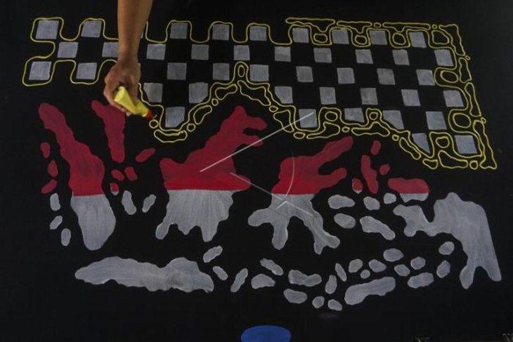 Kain sarung batik lukis bermotif peta Indonesia