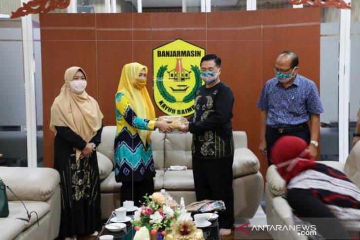Wali Kota  bagikan 30.000 masker