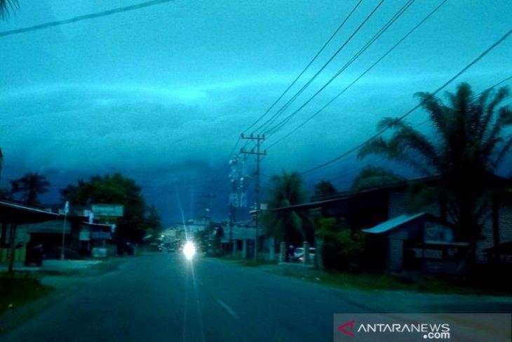 Awan hitam mirip gelombang tsunami gegerkan warga di Aceh