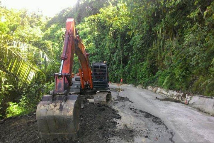 Pemkab Aceh Barat tangani kerusakan jalan akibat longsor di lintas Aceh Barat-Pidie
