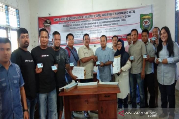 Disdukcapil Madina bagikan 1.836 keping e-KTP kepada warga Muara Batang Gadis