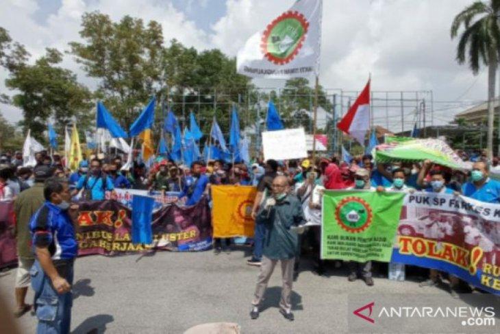 Ratusan pekerja gelar aksi penolakan RUU Omnibus law